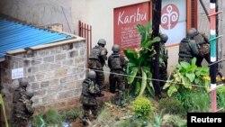 """Кения арнайы қызметі жасақтары """"Әл-Шабааб"""" тобы содырларына қарсы операция кезінде. Найроби, қыркүйек 2013 жыл."""