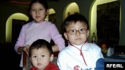 Ақерке, Нұрлыхан және Әбдісәлім аналарының асында. 28 қараша 2008 жыл.