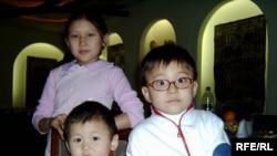 Дети Шолпан - Акерке, Нурлыхан и Абдусалим на поминках рано ушедшей от них мамы. 28 ноября 2008 года.