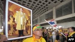 Демонстрант в Таиланде с портретом короля