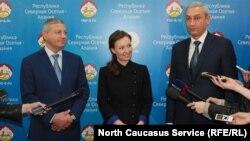 Уполномоченная Анна Кузнецова, глава Северной Осетии Вячеслав Битаров (слева), вице-премьер Борис Джанаев (справа)
