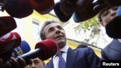 Лидер коалиции «Грузинская мечта» Бидзина Иванишвили дает интервью журналистам после голосования на парламентских выборах. Тбилиси, 1 октября 2012 года.