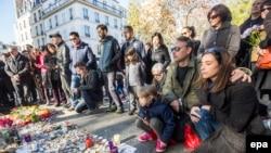 По всей Франции объвлен трехдневный траур. Париж, 15 ноября 2015 года.