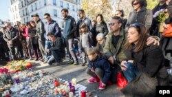 """К концертному залу """"Батаклан"""", в котором боевики убили десятки заложников, продолжают нести цветы и свечи"""
