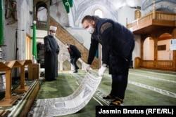 Un credincios plasează un covoraș de rugăciune în Moscheea Cekrekcijina din Sarajevo, Bosnia-Herțegovina, pe 6 mai. (Jasmin Brutus, RFE/RL)