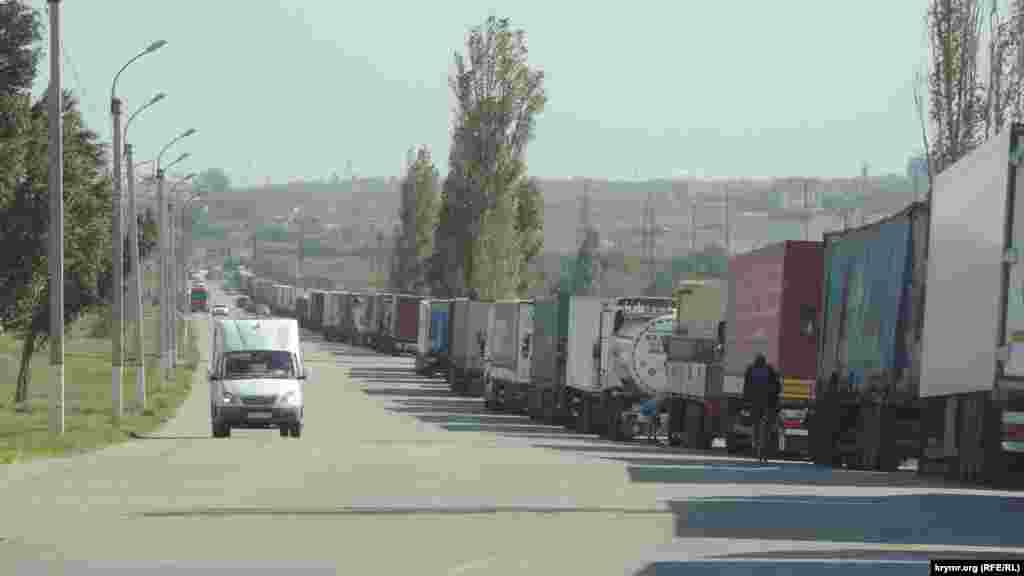 Из-за припаркованных грузовиков людям затруднен обзор на пешеходных переходах, пассажиры общественного транспорта жалуются на трудности с посадкой в автобусы