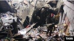 Бойцы прдразделения ополченцев разбирают завалы в разрушенном здании аэропорта Донецка