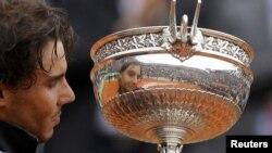 Испанец Рафаэль Надаль одержал свою седьиую победу на Открытом чемпионате Франции по теннису. 11 июня 2012 г