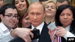 Молодой человек (слева) делает селфи с президентом России Владимиром Путиным после его «прямой линии». Москва, 16 апреля 2015 года.