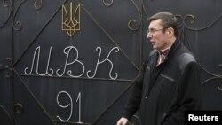 Юрій Луценко виходить з воріт Менської колонії у селі Макошино, 7 квітня 2013 року