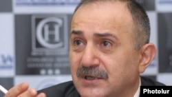 Самвел Бабаян во время пресс-конференции в Ереване, март 2010 г.