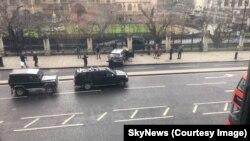 Авто підозрюваного нападника в огорожі комплексу будівель парламенту