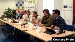 Олег Рибачук, засновник громадської організації «Центр UA» (перший зліва)