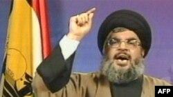 شیخ حسن نصرالله، رهبر حزبالله لبنان، در کنار پرچم این گروه