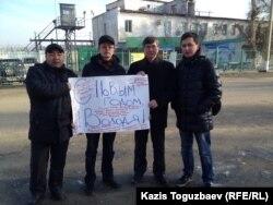 Группа активистов с плакатом возле тюрьмы, в которой содержится оппозиционный политик Владимир Козлов, с «новогодним поздравлением Козлова». Второй слева — Марат Жанузаков, второй справа — Жасарал Куанышалин. Поселок Заречный Алматинской области, 28 декабря 2014 года.