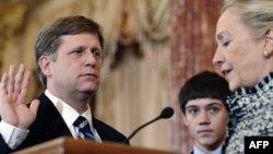 Госсекретарь США Хиллари Клинтон и новый посол США в РФ Майкл Макфол на церемонии присяги