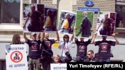 Участники акции в поддержку обвиняемых в шпионаже грузинских фоторепортеров