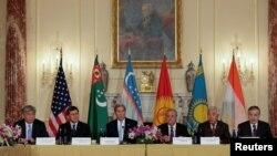 Госсекретарь США Джон Керри (третий слева) с министрами иностранных дел пяти стран Центральной Азии.