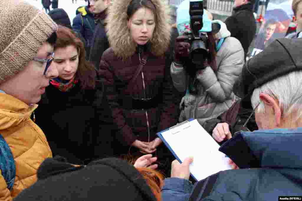Мәскәүдә Борис Немцов үтерелгән урынга истәлек билгесе кую өчен имза җыю