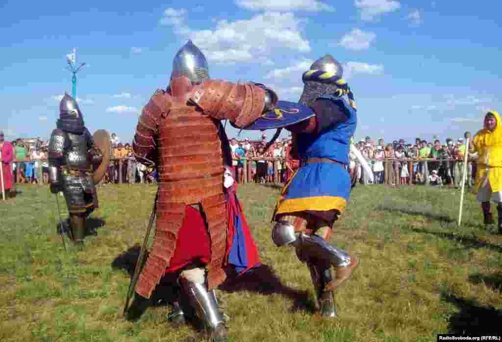 Лицарі змагалися в парних боях, два на два та в масових боях