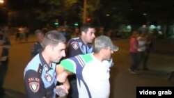 Задержание демонстранта во время столкновений с полицией ночью 29 июля.