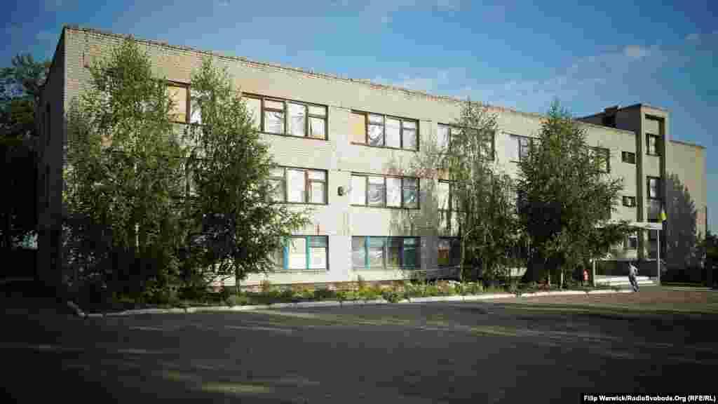 Школа в Первомайську. Вікна та дах пошкоджені нещодавніми обстрілами