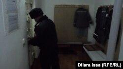Охранник закрывает дверь камеры. Шымкент, 27 октября 2015 года.
