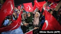 Сараевода Түркия президенті Режеп Тайып Ердоғанның сайлауалды кампаниясы шеруіне жиналған түркиялықтар. Босния және Герцеговина, 20 мамыр 2018 жыл.