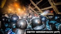 Милиционеры атакуют баррикады демонстрантов. Киев, 11 декабря 2013 года.