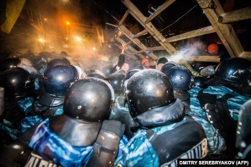 Asalt Berkut asupra unei baricade pe Maidan, 11 decembrie, 2013
