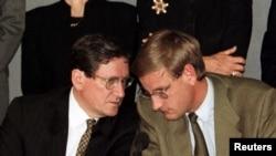 Richard Holbrooke (majtas) dhe Carl Bildt gjatë konferencës me gazetarë në Sarajevë, 14 shtator 1996.