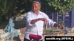 Из Намангана в Самарканд 75-летний пенсионер Хусан Ходжибаев выехал на стареньком велосипеде.