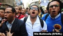 Участники очередной молодежной демонстрации в Каире, 30 ноября 2013 г.