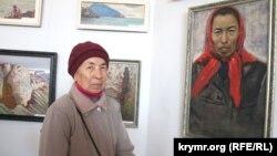 Айше Сейтмуратова рядом с ее портретом, Симферополь, 2015 год