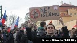 Pragada bosgunlaryň gelmegine we musulmanlara garşy protest geçirýän adamlar.