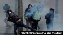Столкновения с полицией во время протестов в декабре (архивное фото).
