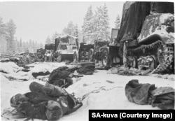 Ianuarie 1940: soldați sovietici morți în urma unui atac al armatei finlandeze asupra unei coloane blindate pe drumul Raate