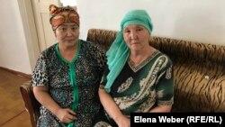 Сестры убитого активиста Галы Бактыбаева. Зауре Бактыбаева (справа) выступала как представитель потерпевшей стороны.
