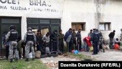 Izmještanje migranata u kamp 'Lipa', april 2020.