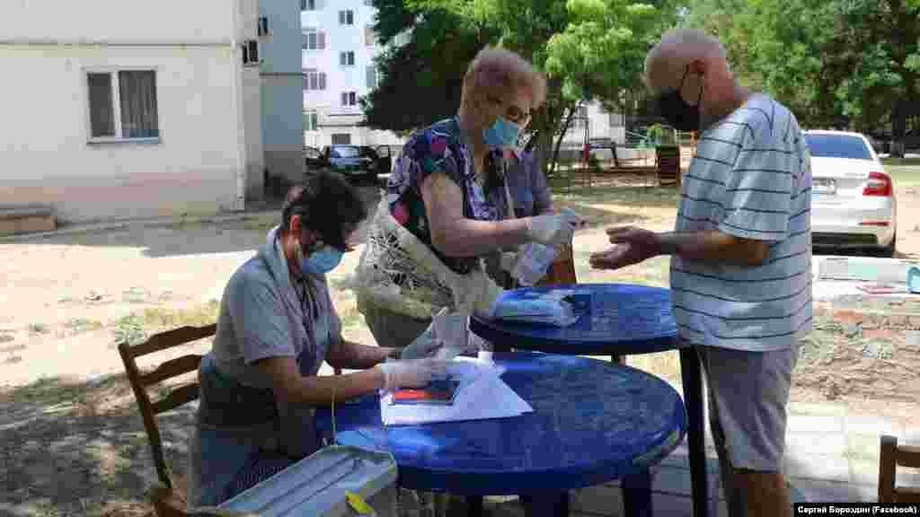 На одній з виборчих дільниць у Керчі проводять дезінфекцію рук
