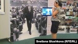 """Посетительница выставки """"Борис Ельцин и его время"""". Астана, 7 июня 2012 года."""