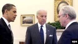 Американскиот претседател Барак Обама, потпретседателот Џо Бајден и поранешниот американски амбасадор во Македонија Кристофер Хил
