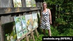 Сьвятлана Баранкоўская са сваімі карцінамі