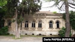 Здание было построено в конце XIX века, о чем свидетельствует выбитая на фасаде дата окончания строительных работ – «1 мая 1896 года»