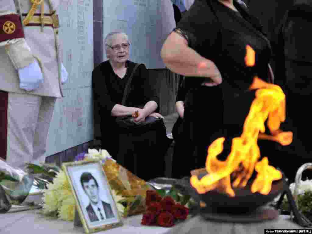ხსოვნის მემორიალთან აფხაზეთის ომში დაღუპულთა ნათესავენი და ახლობლები შეიკრიბნენ. - საქართველოში სოხუმის დაცემის დღე, 27 სექტემბერი, სხვადასხვანაირად აღნიშნეს - შეიკრიბნენ დაღუპულთა მემორიალთან, მოაწყვეს მსვლელობა თბილისის ქუჩებში და ვაკის პარკში გაიხსენეს 17 წლის წინანდელი მოვლენები. აფხაზეთში საომარი მოქმედებები 1992 წლის 14 აგვისტოს დაიწყო. ომი 13 თვე და 13 დღე გაგრძელდა.