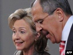 Хиллари Клинтон и Сергей Лавров на совместной пресс-конференции в Москве 18 марта 2010 года