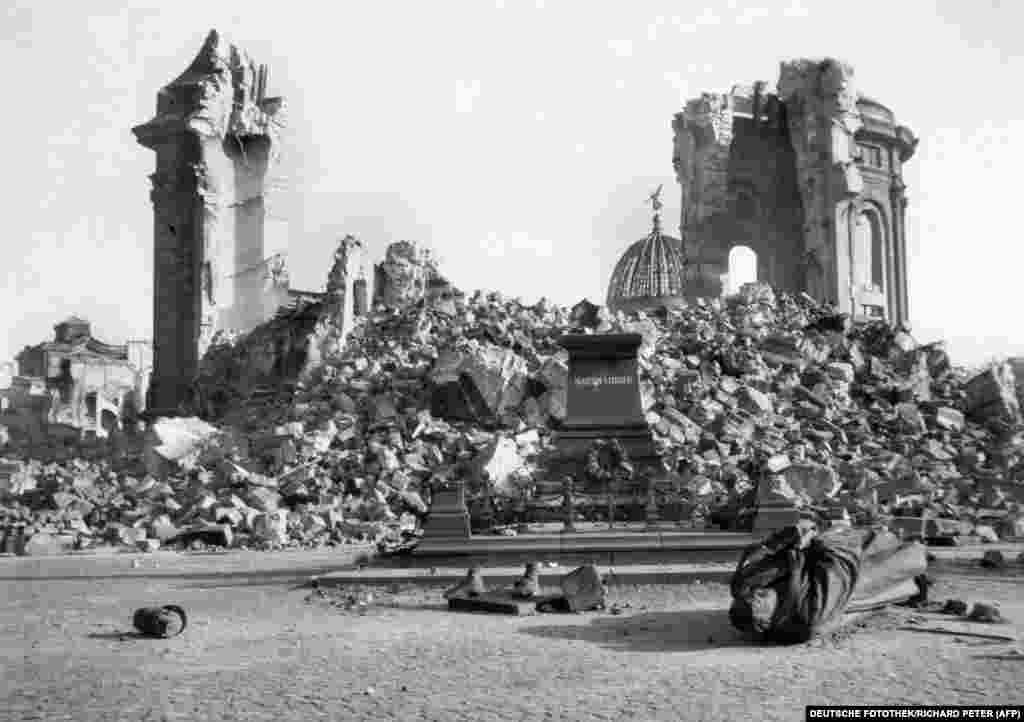 Руіны сабора Божай Маці і разбураная статуя пратэстанцкага рэфарматара Марціна Лютэра пасьля бамбаваньня. Гэты сабор і статуя ёсьць на ранейшым фота ў галерэі.