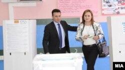 Премиерот Зоран Заев на гласање на претседателски и предвремените парламентарни избори 2014