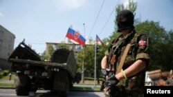 Ukraine -- A member of a newly-formed pro-Russian armed group called the Russian Orthodox Army mans a barricade near Donetsk airport, May 29, 2014