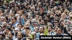 Насер Малек Мотиды ақтық сапарға шығаруға жиналғандар. Тегеран, 27 мамыр 2018 жыл.